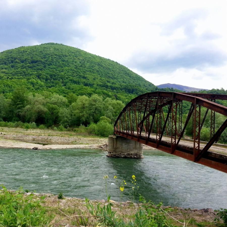 Тячів, міст через Тису, що колись сполучав Румунію і Закарпаття (Підкарпатську Україну)
